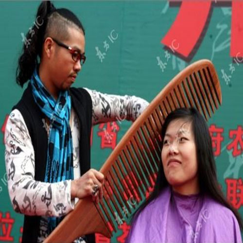 ajabgajab amazing giant comb found by  two talented chinese hairstylists must watch - OMG News in Hindi