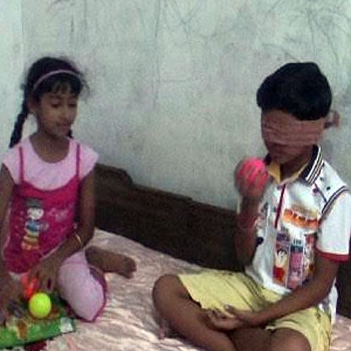 ajabgajab amazing! these two children reads with closed eyes and with smelling recognize colour - Kinnaur News in Hindi