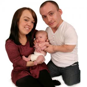 PICS : Dwarfism parents give birth to a normal child!