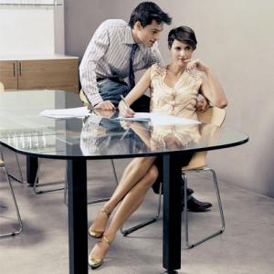 PICS : Dating your BOSS? 5 things you should aware of!