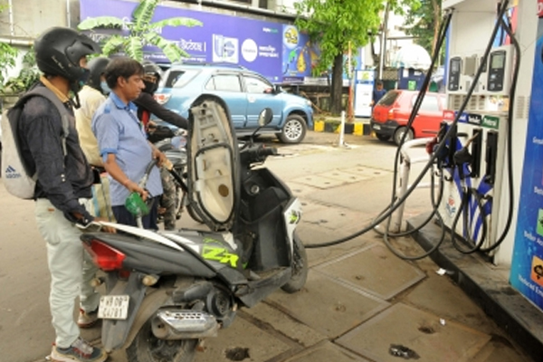 fuel prices continue to remain suspended for the sixth day 485701