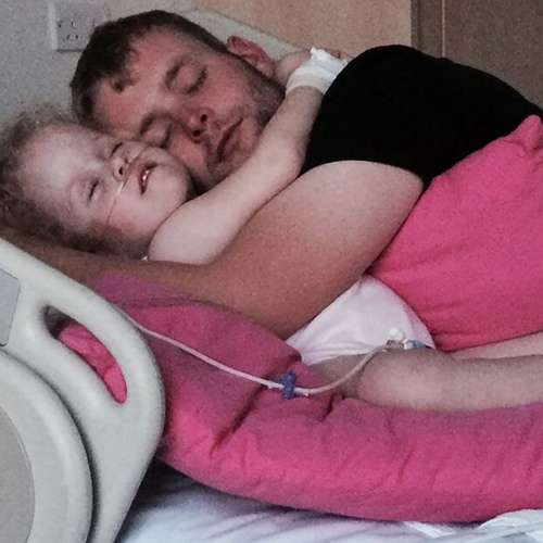 Four year old wakes from coma when parents sing Frozen songs to her - OMG News in Hindi