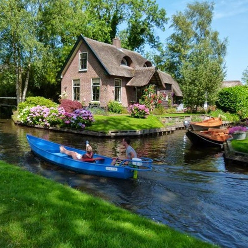 ajabgajab rustic giethoorn is known as the venice of the netherlands - OMG News in Hindi