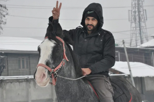 Amazing! A delivery boy rides horse amid snowfall to drop off order