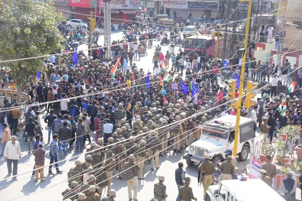 उदयपुर बंद : NRC-CAA का विरोध करने वालों ने बंद रखी दुकानें, जबरदस्ती करने पर पुलिस ने किया लाठीचार्ज, देखें फोटोज