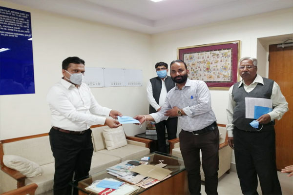 Department of Industries distributes masks to personnel, arranges sanitizer - Jaipur News in Hindi