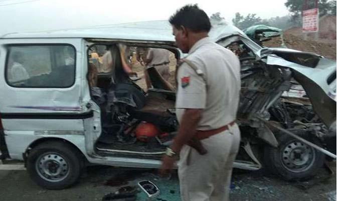कार खड़े ट्रक से टकराई, 6 की मौत