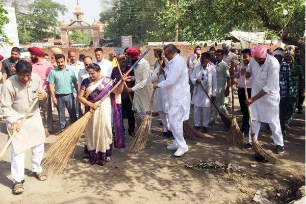 केंद्रीय राज्यमंत्री विजय सांपला का कोटकपुरा दौरा, सफाई अभियान से की शुरुआत