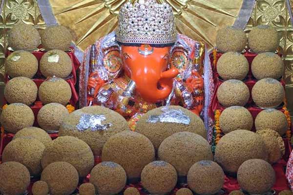 Offering laddoos to god Ganesh at Moti Doongri temple in Jaipur - Jaipur News in Hindi
