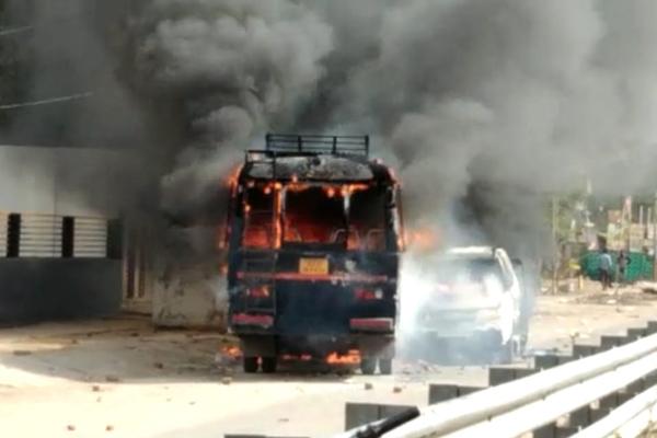 धौलपुर में गुर्जर आन्दोलन हिंसक हुआ,3पुलिस की गाडिय़ों को आग लगाई