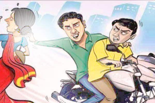 Bike rider two crooks  breaking gold earrings old woman in Ludhiana - Ludhiana News in Hindi