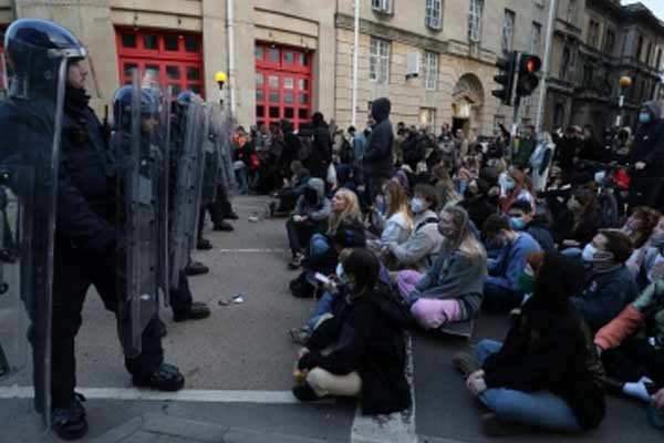 14 arrested after violent protests in Britain - World News in Hindi