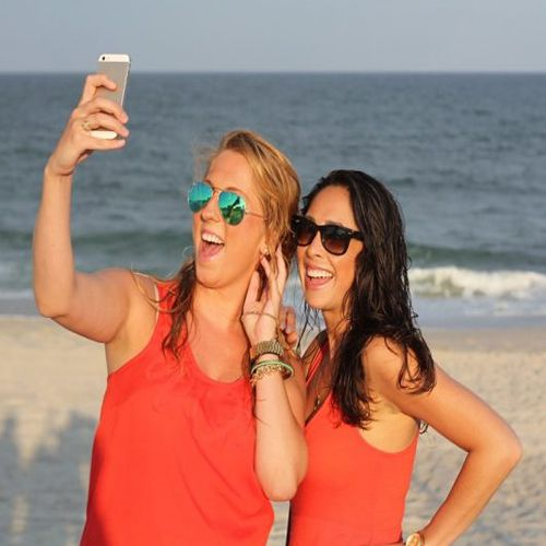 Taking and Sharing Selfies Can Make You Happier - Lifestyle News in Hindi