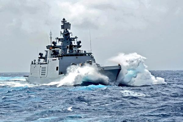 Cyclone Fani : Navy prepares ships and aircraft for assistance - Visakhapatnam News in Hindi