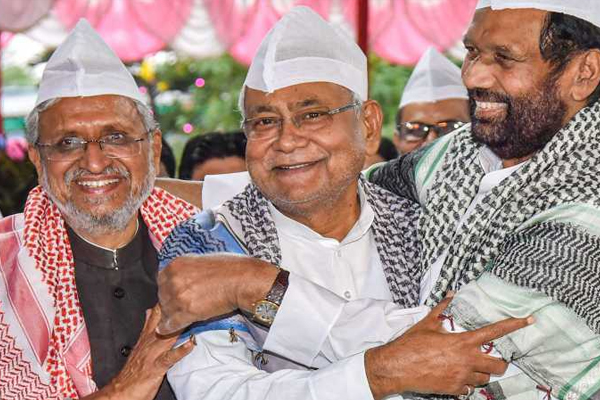 Nitish Kumar and Sushil Modi attend Ramvilas Paswan iftar party - Patna News in Hindi