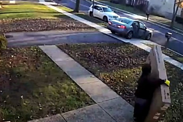 thief struggles to carry huge TV after stealing it from a front porch in USA, see video - Wonders News in Hindi