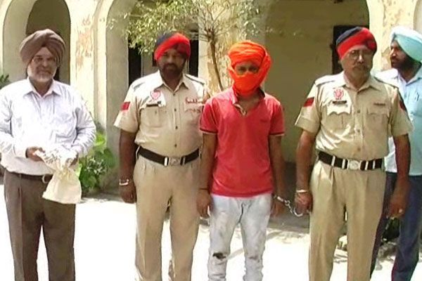 200 boxes of illegal liquor and weapons recovered from the policemans house one arrest - Faridkot News in Hindi