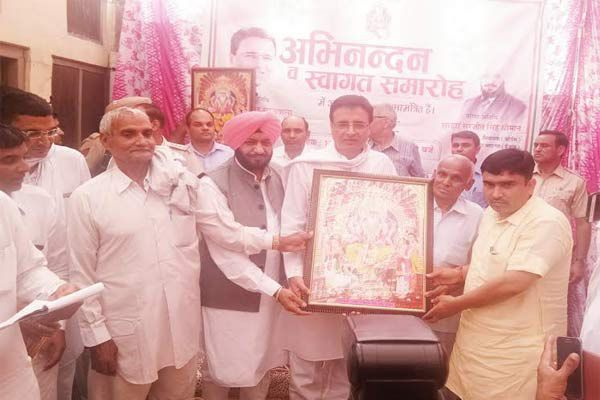 Vishwakarma dhiman samaj congratulates Surjewala in village chout - Kaithal News in Hindi