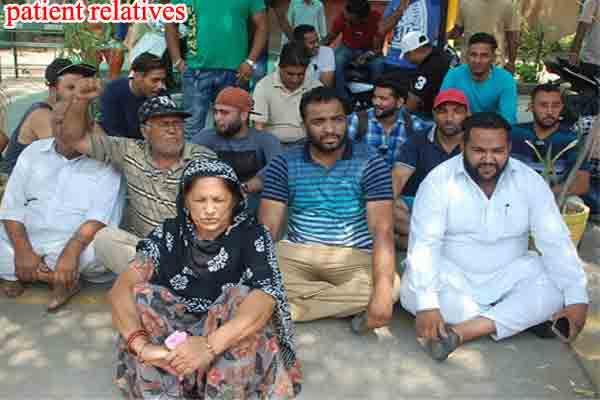 फगवाड़ा सिविल अस्पताल में डॉक्टर व मरीज के परिजनों ने दिया एक-दूसरे के खिलाफ धरना