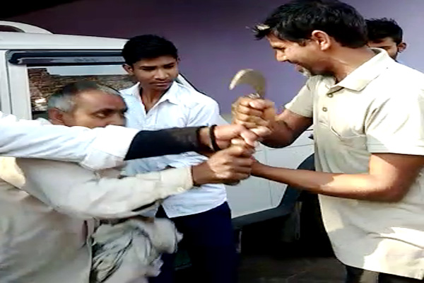 dholpur news : attack on Junior Engineer of electricity corporation in dholpur - Dholpur News in Hindi