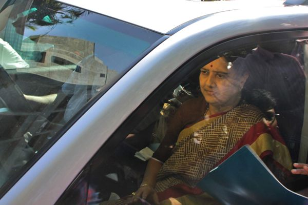 sasikala surrenders in bengaluru jail,FIR lodged against Sasikala and Palanisami for kidnaping and hosting MLAs - Chennai News in Hindi