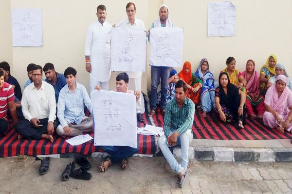 Injured In the ambulance, the family sitting on dharna outside the SP residence in Kaithal - Kaithal News in Hindi