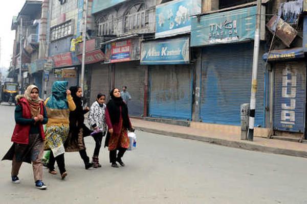 Kashmir shuts down : Shops and business establishments closed - Srinagar News in Hindi