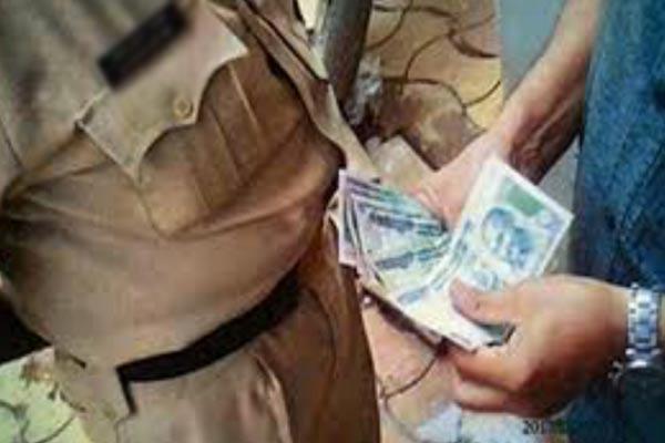 वन विभाग के चार कर्मचारी 10 हजार रुपये की  रिश्वत लेते गिरफ्तार