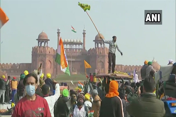 Kisan Tractor Rally: Farmers break barricades at Singhu, Tikri, Noida turn, police release tear gas shells - Delhi News in Hindi
