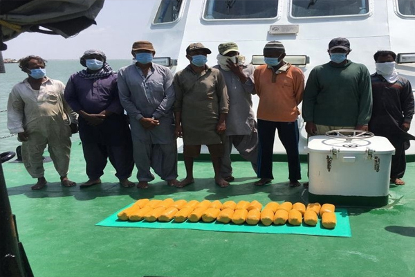 Coast Guard arrested 8 people from Pakistan with 30 kg of heroin - gandhinagar News in Hindi