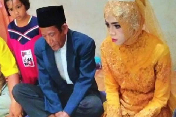 27 year old Indonesian lady and 83 year old man fall in love, get married within a month - Weird Stories in Hindi