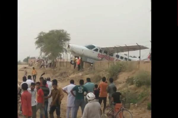 सुप्रीम एयरलाइंस का प्लेन दीवार से टकराया, देखें किस तरह बचे यात्री