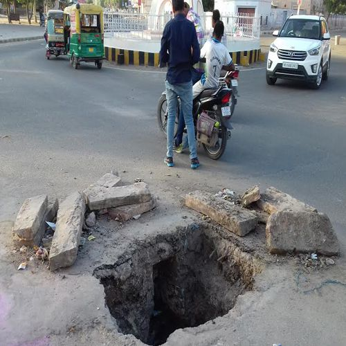 negligence of Municipal employees, left open pit along the road in bikaner - Bikaner News in Hindi