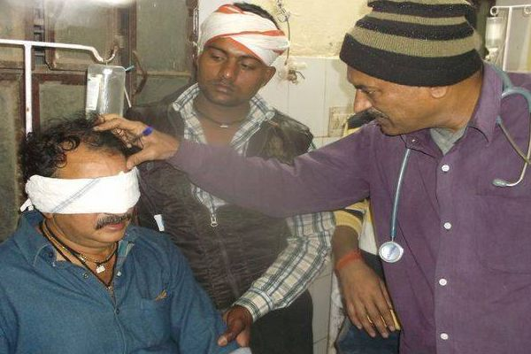 Acid thrown into fights, splatter into eyes - Karauli News in Hindi
