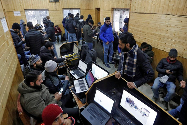 Social media ban lifted in J&K, can access internet on 2G - Srinagar News in Hindi