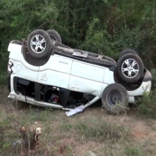 car fall into the pit, one death, 3 injured - Sirohi News in Hindi