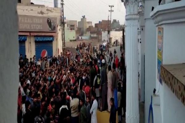 Pakistan : Stone pelting at Nankana Sahib Gurdwara, Sikh devotees stranded inside - World News in Hindi
