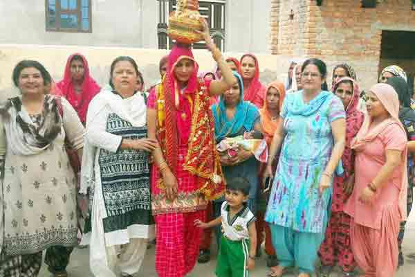 Kua Poojan on the Birth of Daughter in Kaithal women Singing Mangal Song - Kaithal News in Hindi