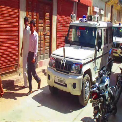 Pistol at the tip of the spoils, merchants display - Churu News in Hindi