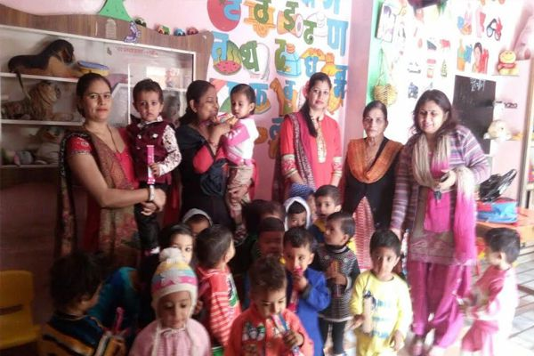 Goods distributed among children - Kaithal News in Hindi