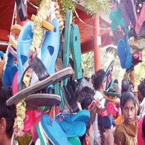 The temple is climbing slippers garland - Weird Stories in Hindi