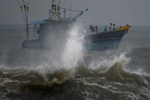 Vardah storm havoc in Tamil Nadu, killing four people, sullen trees, power failure - Chennai News in Hindi