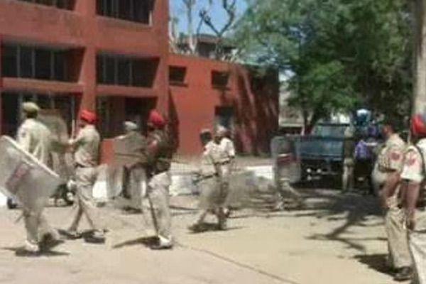 undertrials go berserk in gurdaspur jail, attack prisoners,torch barracks - Gurdaspur News in Hindi