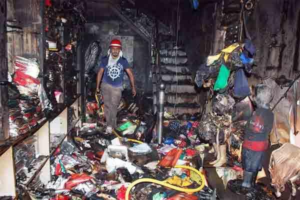 रेडिमेड वस्त्रों की दुकान में आग, लाखों का नुकसान