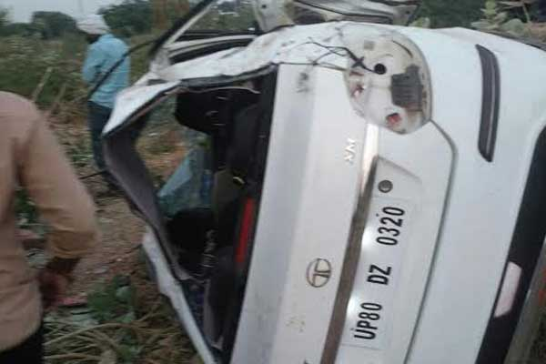 Car overturned at NH 11B in Dholpur, 12 years girl death, 4 people injured - Dholpur News in Hindi