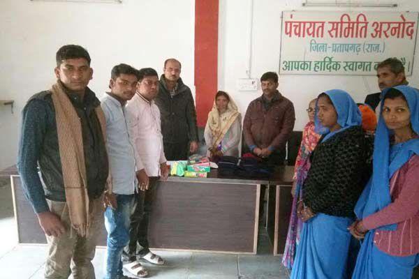 Distributing warm clothing to needy children - Pratapgarh News in Hindi