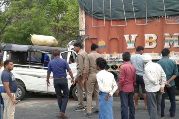 खड़े ट्रक से मैजिक टकराई, 6 जायरीनों की मौत, 12 भर्ती