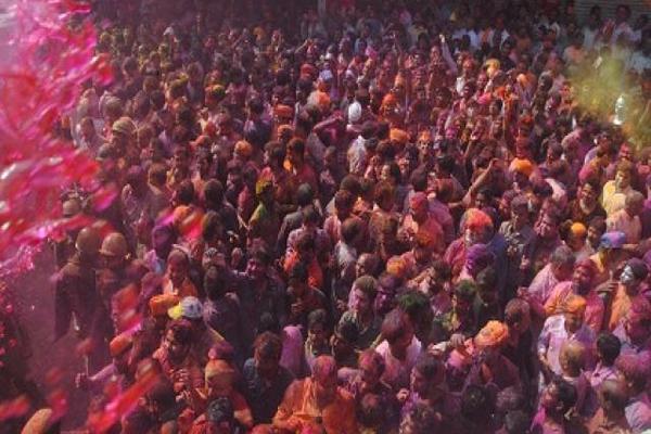भगवान नरसिंह की रंगभरी शोभायात्रा : गोरखपुर में रंगों का उल्लास कराता है बरसाने का अहसास