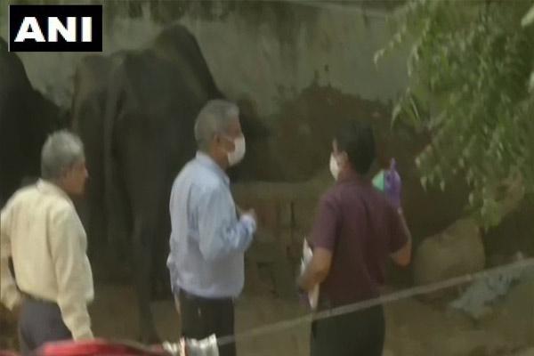 Hathras Case: CBI गांव में 3 स्थानों पर जाकर की जांच, पूछताछ के लिए पीड़िता के भाई को साथ लेकर गई, देखें तस्वीरें