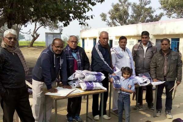 distribution of warm clothes, I smile on children faces - Bharatpur News in Hindi